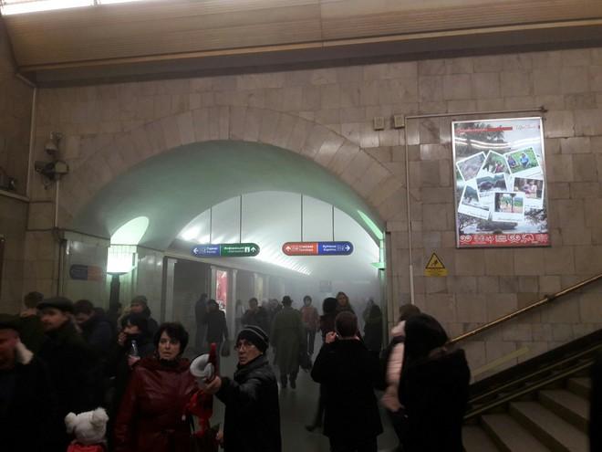 Hiện trường hỗn loạn sau vụ nổ tàu điện ngầm Nga ảnh 1
