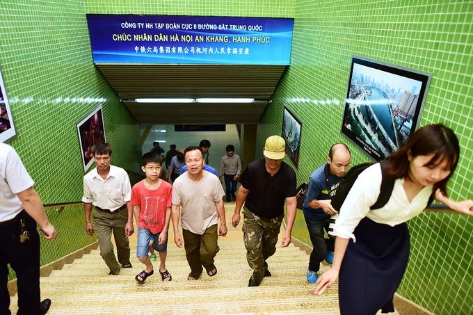 Người Hà Nội đi xem đoàn tàu trên cao đầu tiên ở Việt Nam ảnh 1