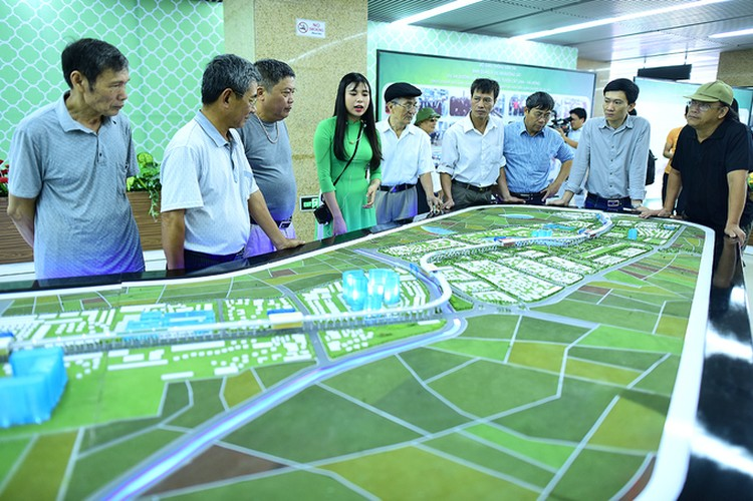 Người Hà Nội đi xem đoàn tàu trên cao đầu tiên ở Việt Nam ảnh 3