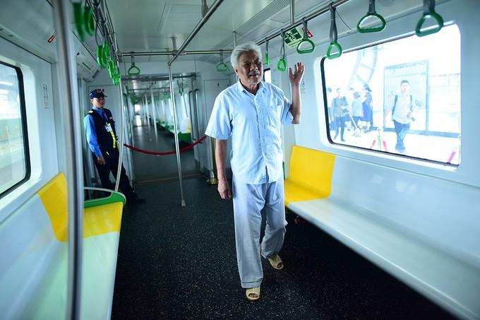 Người Hà Nội đi xem đoàn tàu trên cao đầu tiên ở Việt Nam ảnh 6