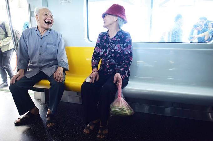 Người Hà Nội đi xem đoàn tàu trên cao đầu tiên ở Việt Nam ảnh 7