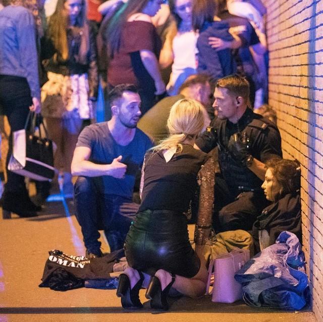 Cảnh tượng kinh hoàng sau vụ nổ tại nhà thi đấu ở Anh ảnh 1