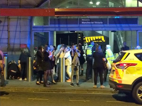 Cảnh tượng kinh hoàng sau vụ nổ tại nhà thi đấu ở Anh ảnh 4