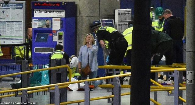 Cảnh tượng kinh hoàng sau vụ nổ tại nhà thi đấu ở Anh ảnh 7
