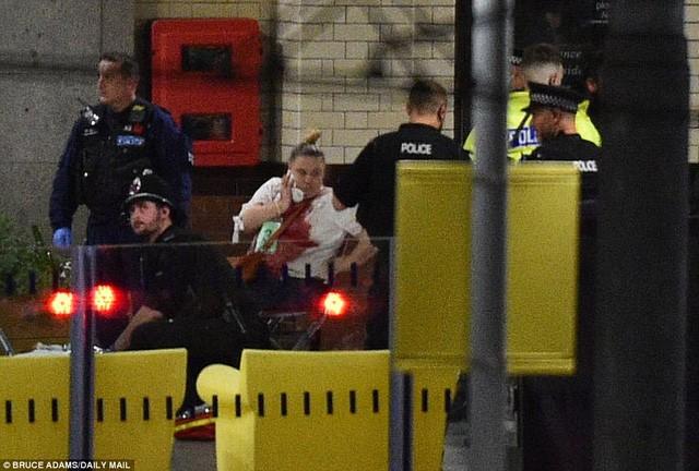 Cảnh tượng kinh hoàng sau vụ nổ tại nhà thi đấu ở Anh ảnh 8