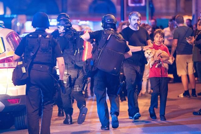Cảnh tượng kinh hoàng sau vụ nổ tại nhà thi đấu ở Anh ảnh 10