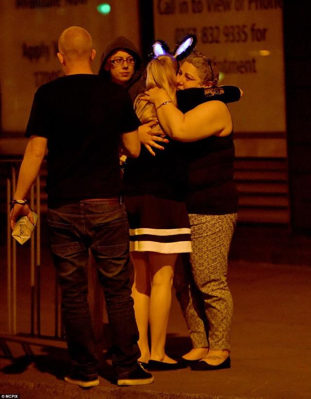 Cảnh tượng kinh hoàng sau vụ nổ tại nhà thi đấu ở Anh ảnh 11