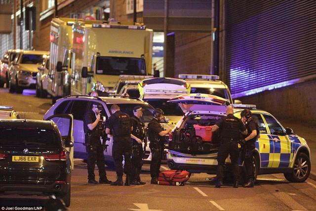 Cảnh tượng kinh hoàng sau vụ nổ tại nhà thi đấu ở Anh ảnh 13