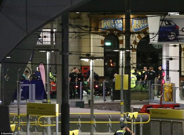 Cảnh tượng kinh hoàng sau vụ nổ tại nhà thi đấu ở Anh ảnh 15