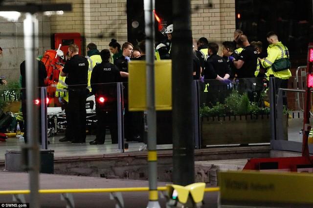 Cảnh tượng kinh hoàng sau vụ nổ tại nhà thi đấu ở Anh ảnh 16