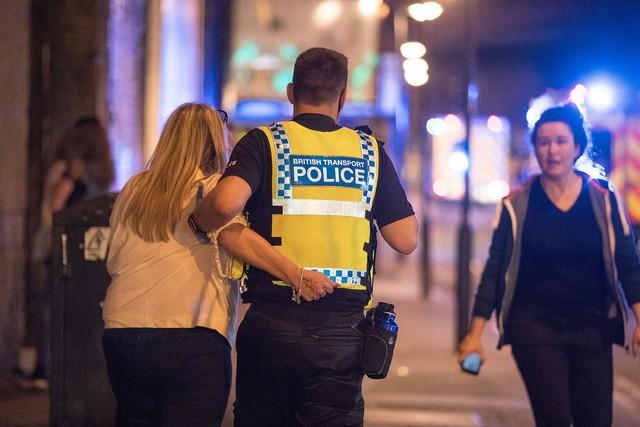 Cảnh tượng kinh hoàng sau vụ nổ tại nhà thi đấu ở Anh ảnh 17