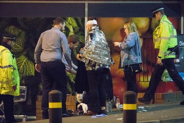Cảnh tượng kinh hoàng sau vụ nổ tại nhà thi đấu ở Anh ảnh 18