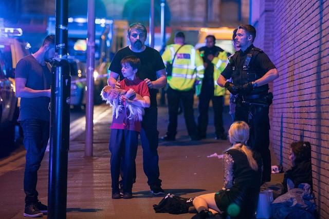 Cảnh tượng kinh hoàng sau vụ nổ tại nhà thi đấu ở Anh ảnh 20