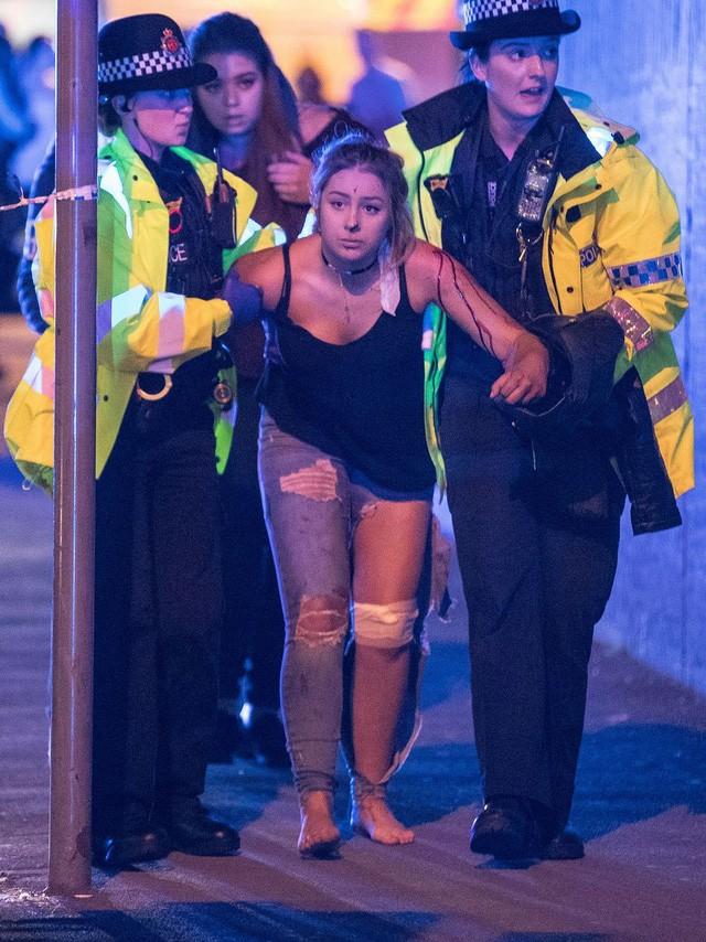 Cảnh tượng kinh hoàng sau vụ nổ tại nhà thi đấu ở Anh ảnh 21