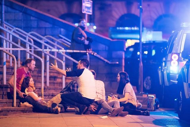 Cảnh tượng kinh hoàng sau vụ nổ tại nhà thi đấu ở Anh ảnh 22