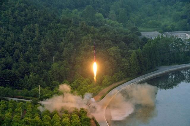 """Triều Tiên tiết lộ hình ảnh đầu tiên của vụ phóng tên lửa """"siêu chính xác"""" ảnh 1"""