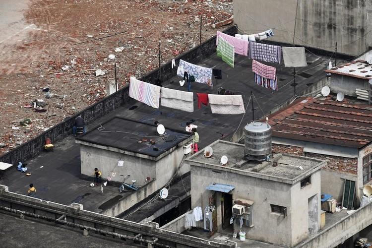 Người Vũ Hán đếm ngược đến ngày rời 'nhà tù' ban công, sân thượng ảnh 1