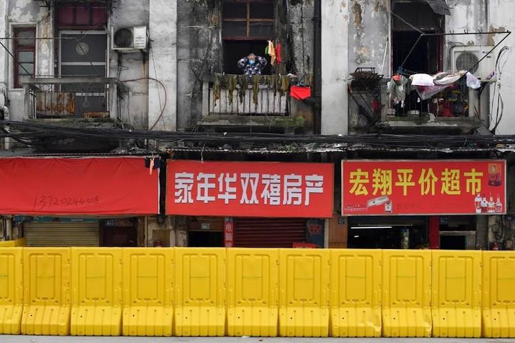Người Vũ Hán đếm ngược đến ngày rời 'nhà tù' ban công, sân thượng ảnh 3