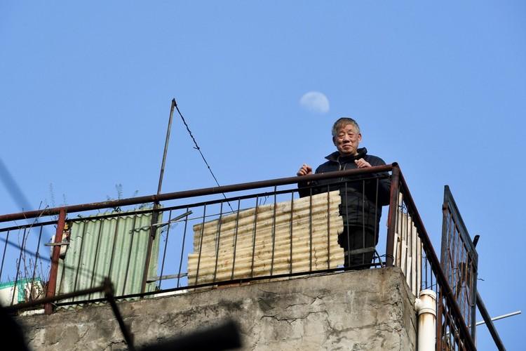 Người Vũ Hán đếm ngược đến ngày rời 'nhà tù' ban công, sân thượng ảnh 9