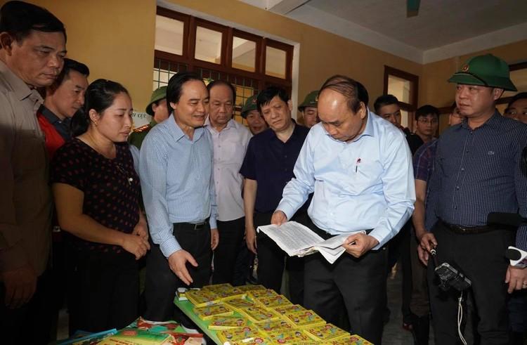 Thủ tướng thăm hỏi, động viên bà con vùng lũ ảnh 1