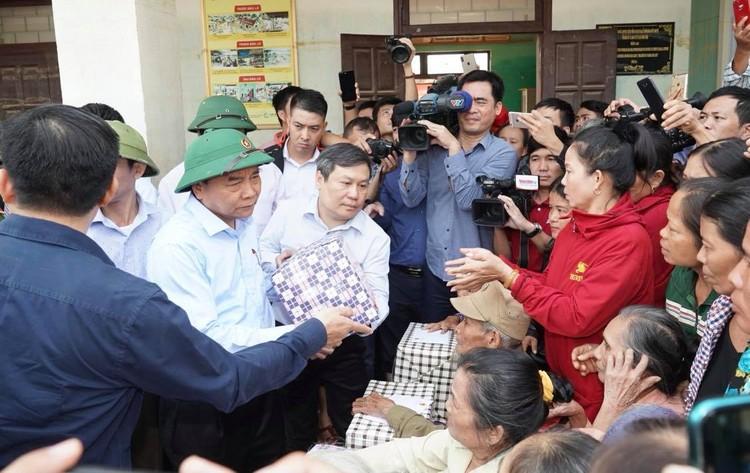Thủ tướng thăm hỏi, động viên bà con vùng lũ ảnh 4