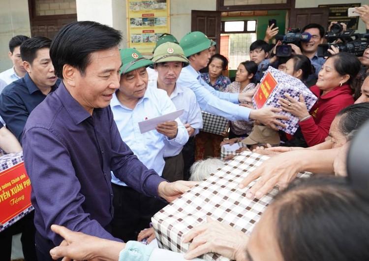 Thủ tướng thăm hỏi, động viên bà con vùng lũ ảnh 5