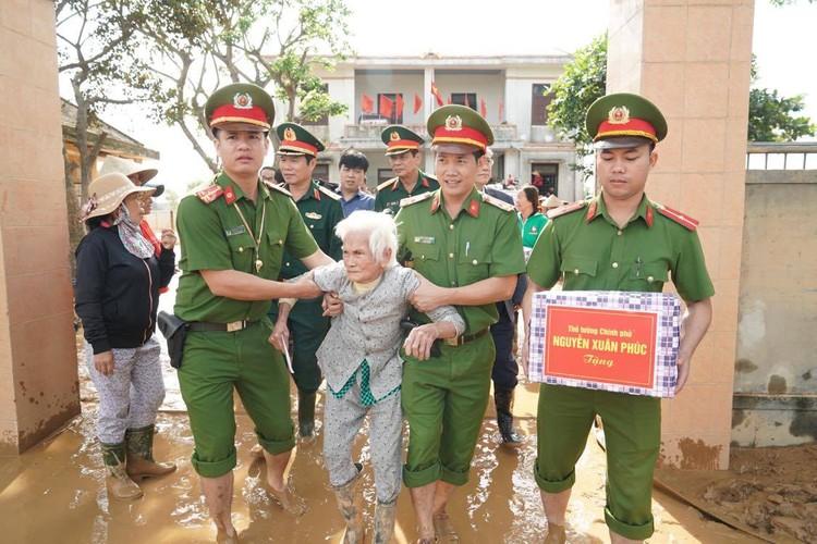 Thủ tướng thăm hỏi, động viên bà con vùng lũ ảnh 8