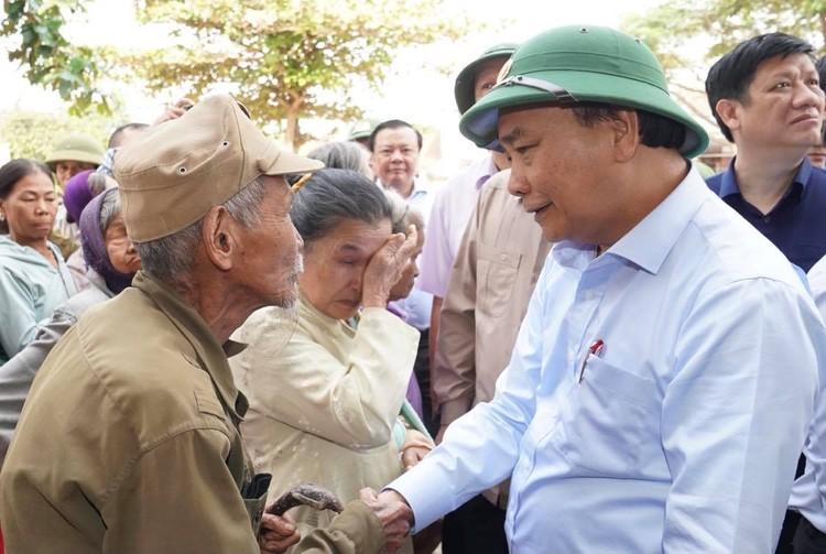 Thủ tướng thăm hỏi, động viên bà con vùng lũ ảnh 9