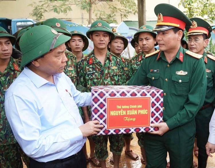 Thủ tướng thăm hỏi, động viên bà con vùng lũ ảnh 10