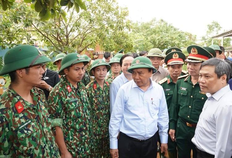 Thủ tướng thăm hỏi, động viên bà con vùng lũ ảnh 11