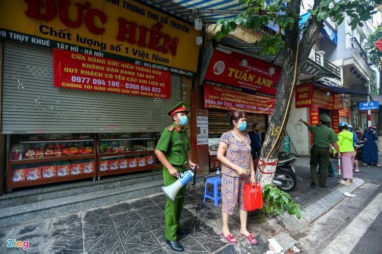 Xếp hàng 2 giờ mới mua được bánh Trung thu ở Hà Nội ảnh 11